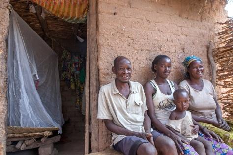 Nidja Kagui et sa famille remercie le Fonds Mondial et ses partenaires pour cette campagne. Global Fund/2014/Esiebo