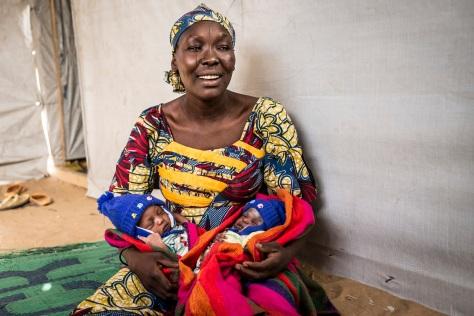 Binta Mahamadou, âgée de 30 ans est mère de six enfants. Elle s'est enfuit de Bagasola quand elle était enceinte de jumeaux. Trois semaines après son arrivée, elle a donné naissance à Mahamadou et Khadidja à l'hôpital de district de Bagasola.  ©UNICEF CHAD/2015/Cherkaoui
