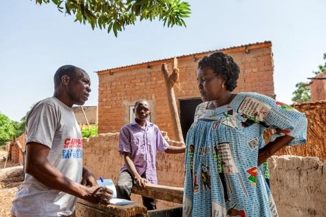 Un relai communautaire prépare un ticket pour Mme Brigitte après l'enregistrement de son foyer. Global Fund/2014/Esiebo