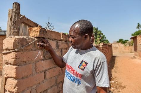 Les relais communautaires marquent la maison comme une indication que la maison a été vérifiée pour la distribution de moustiquaires imprégnées. Global Fund/2014/Esiebo