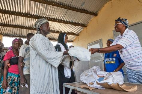 Les habitants de Bologo sont venus récupérer leurs moustiquaires au centre de santé. Dormir sous moustiquaire est un des moyens les plus efficaces pour lutter contre le paludisme. Global Fund/2014/Esiebo