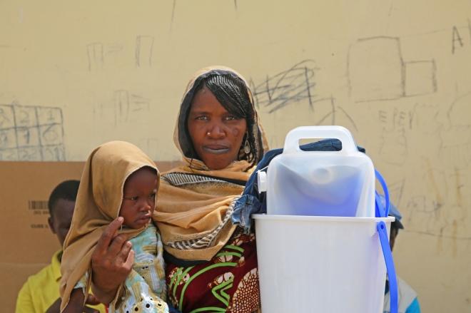 Haoua est tchadienne, à cause du conflit au Nigéria, elle a fui l'île de Kaiga sur le lac Tchad pour se réfugier à Koulfoua. Elle a reçu un kit d'urgence et des habits pour sa fille Khadidja