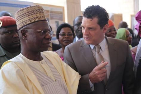 Le Représentant de l'UNICEF au Tchad s'entretenant avec le Premier Ministre Kalzeube Pahimi Deube lors du Forum National sur la Nutrition. ©UNICEF CHAD/2015/Manuel Moreno