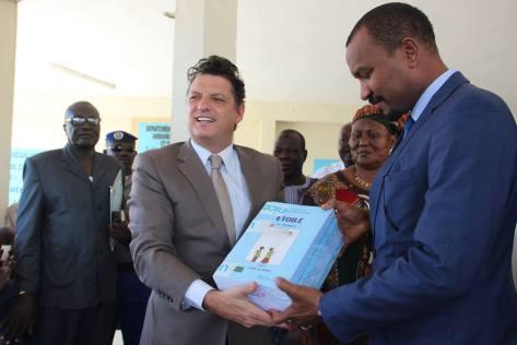 Le Ministre de l'Education Nationale, Mr Ahmat Khazali Acyl et le Représentant de l'UNICEF, Mr Bruno Maes lors de la cérémonie officielle de la distribution des manuels et guides scolaires pour l'enseignement primaire au Tchad. ©UNICEF Chad/2014/Mbayam