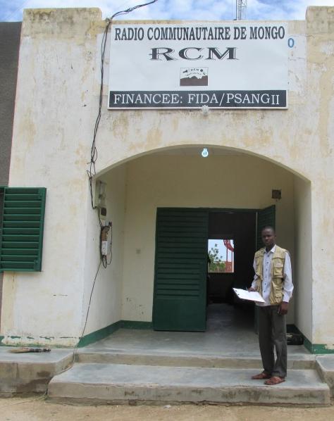 Minaouir Dagache, devant le bâtiment de la radio RCM. ©UNICEF Chad/2015/Oussoumel