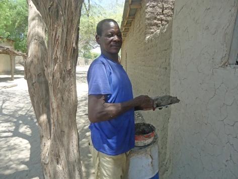 Oumar Kigui, retourné tchadien travaille comme maçon pour subvenir a ses besoins. ©UNICEF Chad/2015/Assane