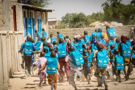 Visite des élèves de l'école de la paix du site de déplacés de Kousseria, près de Bagasola, région du Lac, Tchad?  L'éducation en situation d'urgences aide à donner aux enfants déplacés et locaux un sentiment de normalité et de l'espoi