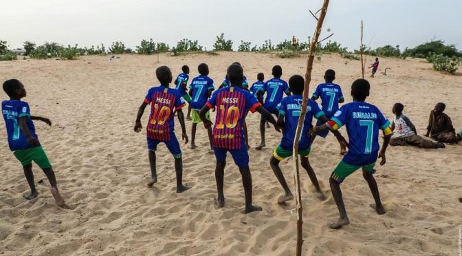 Au Lac Tchad les enfants se passent le ballon pour apprendre