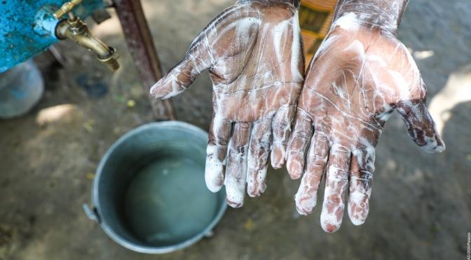Le manque d'accès au lavage des mains avec du savon expose des millions de personnes à un risque accru de contracter la COVID-19 et d'autres maladies infectieuses
